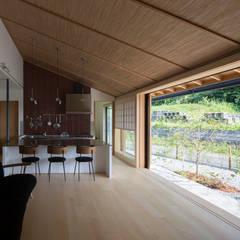 平屋に住まう: TRANSTYLE architectsが手掛けたtranslation missing: jp.style.リビング.modernリビングです。