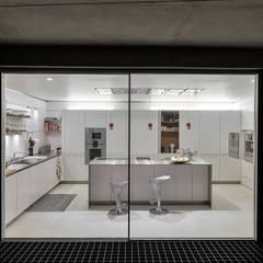 The Wall House: Cozinhas minimalistas por guedes cruz arquitectos