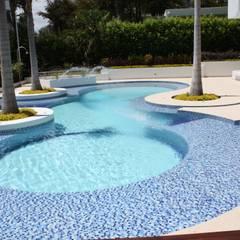Perspectiva piscina con chorros de agua.: Piscinas de estilo moderno por Camilo Pulido Arquitectos