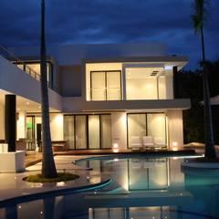 Vista nocturna fachada posterior.: Casas de estilo moderno por Camilo Pulido Arquitectos