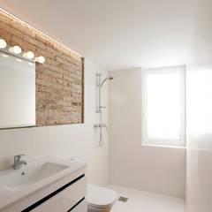 Viviendas Centro Histórico Valencia: Baños de estilo moderno de Singularq Architecture Lab