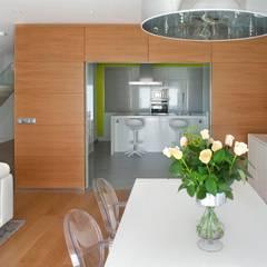 Proyecto de Vivienda en Vigo: Comedores de estilo moderno de Modesto Crespo