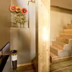 Kiko House: Corredores, halls e escadas modernos por RH Casas de Campo Design