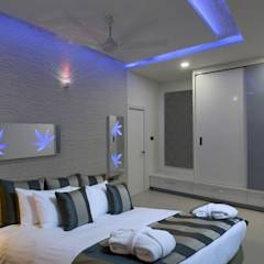 Master Bed Room: modern Bedroom by KREATIVE HOUSE