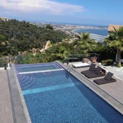 Piscina e tettoia in vetro (Cannes / France): Piscina in stile in stile Moderno di GA-DeSIGN | gep studio di g. venuta & c. s.a.s.