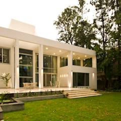 Private Residence at Sopan Baug, Pune: minimalistic Houses by Chaney Architects