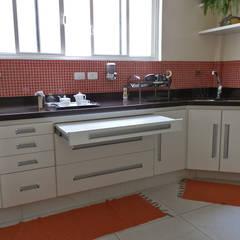 Reforma de Apartamento: Cozinhas modernas por MBDesign Arquitetura & Interiores