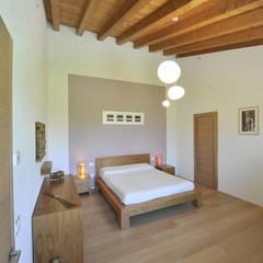 Casa MoDà: Camera da letto in stile in stile Classico di Architetti Baggio