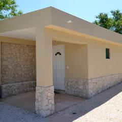 Renovação de Fachadas / Reparação de Fendas: Habitações translation missing: pt.style.habitações.rustico por RenoBuild Algarve