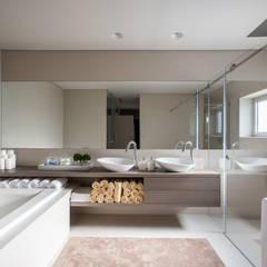 w.c da suite: Casa de banho translation missing: pt.style.casa-de-banho.moderno por Casa MARQUES INTERIORES