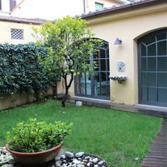 CASA PRIVATA AT06: Giardino in stile in stile Moderno di STUDIO ARCHIFIRENZE