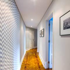 Apartamento Lisboa : Corredores, halls e escadas escandinavos por Espaço Mínimo