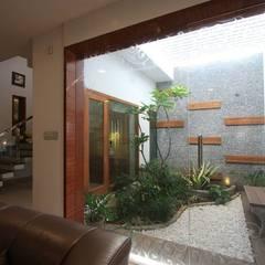 Courtyard: modern Garden by Ansari Architects
