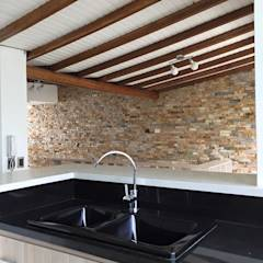 Contrastes de todos claros y oscuros en cocina: Cocinas de estilo moderno por ALSE Taller de Arquitectura y Diseño