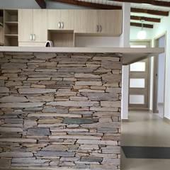 Pared en laja San Andrés puesta de canto: Cocinas de estilo moderno por ALSE Taller de Arquitectura y Diseño