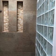 Detalles de Glassblock en los baños: Baños de estilo moderno por ALSE Taller de Arquitectura y Diseño