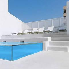 Piscina  INSIDE: Piscinas de estilo mediterráneo de UNIC POOLS® > Piscinas Ligeras