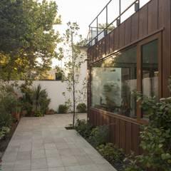 vivienda + taller : Jardines de estilo moderno por PARQ Arquitectura