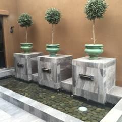 Casa sustentable en Chicureo: Piscinas de estilo translation missing: cl.style.piscinas.mediterraneo por Arquiespacios