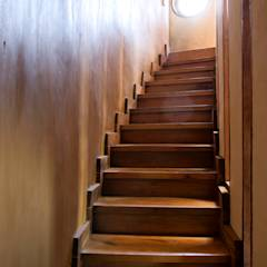CASA CARACOL: Pasillos, hall y escaleras de estilo translation missing: cl.style.pasillos-hall-y-escaleras.rustico por ALIWEN arquitectura & construcción sustentable