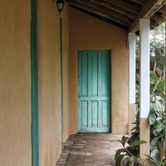 SUBSIDIOS DE REPARACIÓN PATRIMONIAL DE ADOBE: Terrazas  de estilo translation missing: cl.style.terrazas-.colonial por ALIWEN arquitectura & construcción sustentable