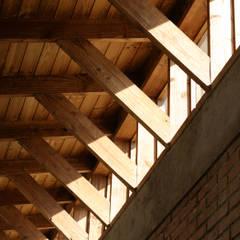 CASA TAU: Puertas y ventanas de estilo rural por ALIWEN arquitectura & construcción sustentable