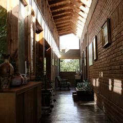CASA TAU: Pasillos, hall y escaleras de estilo translation missing: cl.style.pasillos-hall-y-escaleras.rural por ALIWEN arquitectura & construcción sustentable