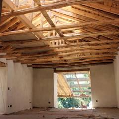 GALPÓN TOQUIHUA: Dormitorios de estilo rústico por ALIWEN arquitectura & construcción sustentable