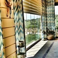 Country style balcony, veranda & terrace homify.