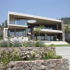 FACHADA: Casas de estilo moderno por Hernan Arriagada / Arq