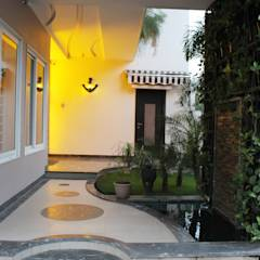 Duplex at Indore: asian Garden by Shadab Anwari & Associates.
