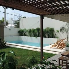Casa Pueyrredon: Piletas de estilo moderno por Pablo Langellotti Arquitectura
