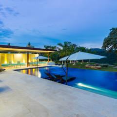 Casa Loma: Piscinas de estilo minimalista por David Macias - Arquitectura & Urbanismo