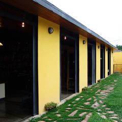 Fachada este – Puertas corredizas abiertas: Casas de estilo translation missing: ve.style.casas.clasico por YUSO
