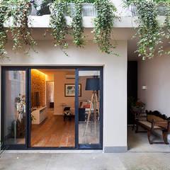 Casa Moema: Casas ecléticas por Tria Arquitetura