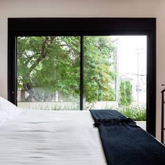 Casa Moema: Quartos translation missing: br.style.quartos.ecletico por Tria Arquitetura