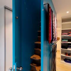 Villa Haltern: moderne Ankleidezimmer von Kitzig Interior Design GmbH