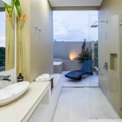 Casa Loma: Baños de estilo minimalista por David Macias - Arquitectura & Urbanismo