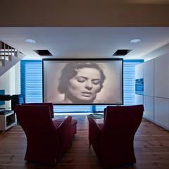 Salas multimedias de estilo translation missing: cl.style.salas-multimedias.moderno por MapOut