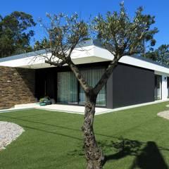 CASA HEITOR: Habitações translation missing: pt.style.habitações.moderno por Jesus Correia Arquitecto