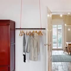 Wohnung Dror: industriale Ankleidezimmer von Birgit Glatzel Architektin