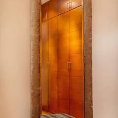 Diseño de espejo: Cuartos de estilo ecléctico por Carughi Studio