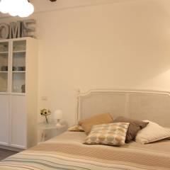monolocale funzionale e piccolissimo: Camera da letto in stile in stile Eclettico di studio ferlazzo natoli