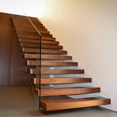 CASA RM_PÓVOA DE VARZIM_2013: Corredores, halls e escadas minimalistas por PFS-arquitectura