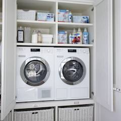 Lavadora y secadora en altura, para una mayor ergonomía: Cocinas de estilo rústico de DEULONDER arquitectura domestica