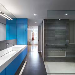 Salt + Pepper House: modern Bathroom by KUBE Architecture