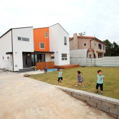 마당에서 뛰노는 아이들: 주택설계전문 디자인그룹 홈스타일토토의 translation missing: kr.style.정원.modern 정원