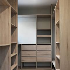CASA LZ.: Walk in closet de estilo translation missing: cl.style.walk-in-closet.escandinavo por ESTUDIO BASE ARQUITECTOS