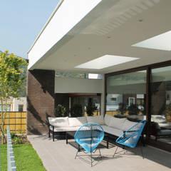 CASA LOS LITRES: Terrazas  de estilo translation missing: cl.style.terrazas-.mediterraneo por ESTUDIO BASE ARQUITECTOS