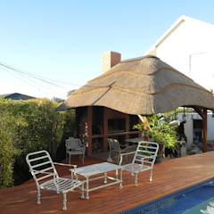 Thatch Lapa by Pool: translation missing: za.style.terrace.rustic Terrace by Cintsa Thatching & Roofing